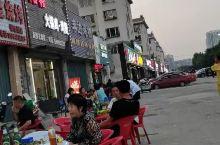 鲅鱼圈的烧烤小串一条街,位于平安大街西,远大购物中心南,现在正值疫情期间,人流有些小,没有昔日的繁华
