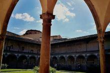 圣十字教堂大殿旁的修道院庭院和帕玆家族礼拜堂所构成的空间,谌称是佛罗伦萨文艺复兴时期建筑的浓缩版。在