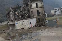 这是元旦去了北川地震遗址,真的很震撼,而且很多受损建筑也保护的很好,房屋基本上都有不同程度的损毁,很