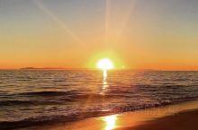 一轮紅日 在無垠的碧波之上 缓缓下坠  灿烂的火球  收斂了光芒 緩緩的隐入水平線之下  圣托里尼的