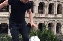罗马斗兽场前,偶遇小哥哥秀足球,帅气呀,世界杯加油!