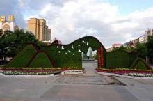 八达·赛里斯广场位于伊宁市重庆北路与佛山路交会处,占据火车站片区最核心位置,总占地面积285亩,一个