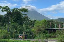 云开雾散 Arenal 火山尽收眼底, 吃早餐的时候天气晴朗可以清楚地看到火山.