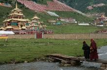 协庆寺是位于德格县协庆乡境内的一个名寺,很有多川藏地区的藏佛教信奉者常年来到这里,请寺内上师为信物进