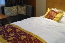 酒店很大气,环境不错。酒店就在石门峡索道门口。酒店下面就是泉崖喷雪景点。打开门窗山风穿房而过。凉快。