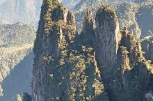 湖南与韶关交界处的莽山,不同季节风景都很美,秋天看黄叶,冬天看雪和冰凌,各有不同的美云海和雾也犹如置