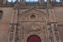 西班牙萨拉曼卡的教堂,和欧洲其他地方的教堂不太一样,外面带回廊的,带有摩尔人的风格,不免令人耳目一新