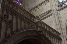 圣维特大教堂的室内设计,堪称华美与繁复得无以复加。圣经人物故事的雕塑、圣像、祭坛在高大、空旷的庄严建