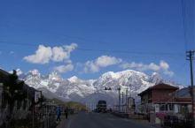 玉岭雪山就在318国道旁,交通便利,它是进入康定地区遇见的第一座雪山,从国道上远眺,它巍峨雄壮,山上