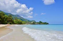 塞舌尔的布法隆海滩、淡蓝色的海水、蓝宝石一样的清澈透明,绵白的细沙、温柔多情,被誉为是世界上第二美的