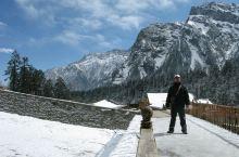 海螺沟三号营地位于大冰川下方,是环保大巴可以到达的最高点,游客可以在此走上冰川游玩,打雪仗、堆雪人,