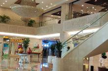 酒店环境好,客房空间也很大,尤其酒店服务更是十分到位!工作人员礼貌热情,提供了水果,空气净化器,因为