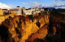 龙达是西班牙南部一座山城小镇,这座建在云端里的山城满眼都是一栋栋矗立在青山之巅上的白色小屋,脚下便是