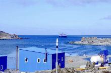 """乘""""海钻石号"""",穿越德雷克海峡时,遇到狂暴天气,电闪雷鸣,巨浪滔天。经过一天一夜的颠簸后,来到了南设"""