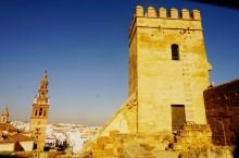 城堡历尽年代沧桑虽显得破旧,但依旧巍峨耸立,看得出昔日曾经辉煌过。站在城堡高处的观景台上,一眼望去星