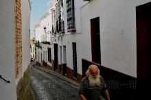 出了城堡进入老城区,沿着两旁白色墙壁排列的石头小路一路向上。弯曲的小径上布满了教堂,修道院,贵族宅院