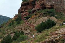 永宁山古寨,巍然独立,在悬崖峭壁之上凿山而建,始建于宋朝,距今八百年历史,古寨三面环水,易守难攻,历