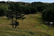 驼峰风光——驼梁风景区   乘缆车上山,半个小时的时间可饱览山中的景色。步行在木栈道上登上驼峰顶,边
