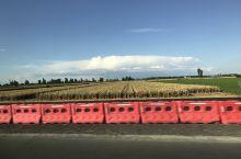 红色围栏也为风景增添了一抹亮丽的色彩呢