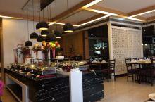 1月11日。晴。酒店的餐厅都是西式风格。餐饮有简单的西式和大部分的印度式。主食有米饭、意面、各种各样