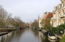 荷兰的博物馆桥旁就是船游运河的码头,乘客由此乘船体验阿姆斯特丹运河游。 由Atlas Fiscali