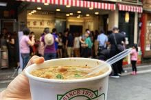 国民小吃阿宗面线 是西门町必吃的网红美食  寸土寸金的店面 只摆放几个板凳 大多人站着吃 自成一道风
