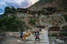 到俄亚大村已黄昏,在村口的老桥前站了半小时,经过了十几拨马帮,驮人,驮物,驮什么都有,渐微的天色,土