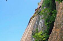 漫步云端,走在海拔2600米的丹崖绝壁上