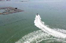 马尼拉无人机航拍海上快艇画出优美弧线
