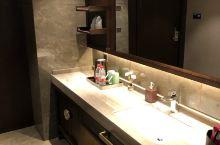 酒店地理位置特别好,房间装修非常的精致。前台服务人员很热情。