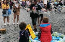 #笑著溜達世界#在布拉格广场捕获一只萌宝