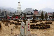 五台山(别名:清凉山、金五台)位于山西五台县东北部,为中国四大佛教名山之首,因由五座山峰环抱而成,故