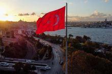 朝阳照耀在飘扬的土耳其🇹🇷国旗上