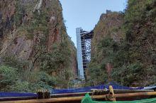 湖南莽山国家森林公园里面有两部直达电梯,建立在悬崖峭壁上,高度有五十层楼高,可以省去爬山的辛苦,直达
