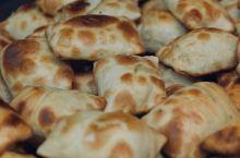 南疆美食三件套,烤包子手抓饭缸子肉。