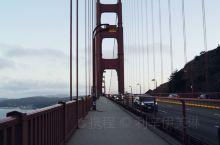 天色渐暗,走在桥上的人行道