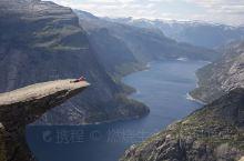 挪威山妖舌,挪威一处知名景点,形状酷似挪威山妖的舌头而得名。这个景点因为比较隐秘,去的游客非常少,算