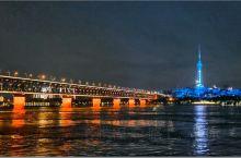 一定要从汉口江滩做2块钱分轮渡看长江,看江景,顺道看看历史的长江大桥,黄鹤楼,,然后在走近户部巷,粮