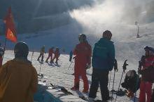 """这是我们几个朋友去河北张家口市崇礼区观光和旅游的""""万龙滑雪场"""",我们在中级滑雪道,看着反光的白雪,呼"""