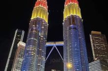 去马来西亚吉隆坡旅游,一定少不了去双峰塔走走,曾经是世界第一最高的双子塔,晚上的灯饰多美。