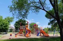 蒙特利尔路边可玩水的小公园