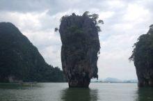 这是我以前暑假在泰国普吉附近的情人岛周边拍摄的,它形态奇特,矗立在水中,吸引了许多游客,而我觉得它更