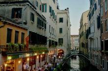 夜幕还末完全降临,天边散发着微微的蓝光,圣马可广场四周己亮起了灯光,威尼斯的夜生活拉开了帷幕。
