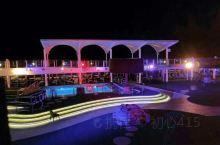 甲板泳池夜景