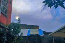 苏州的天真的很蓝呢~ hhhhh昨天和朋友在苏州某小镇逛街看着满街的夜市小吃甚至有一种在这里生活了好