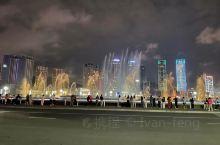 站在星海广场的中央,背倚现代都市的繁华,面向一望无际的大海,顿有一种超然于世,心胸开阔之感。而沿着广