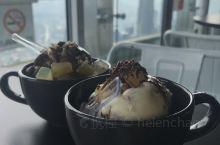 在吉隆坡塔吃雪糕
