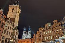 布拉格老城的核心区是老城广场,也就是人们常称的布拉格广场,广场周边是由泰恩教堂、天文钟等地标建筑围成