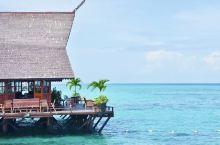 马布岛的诗巴丹水屋,长长的栈桥伸向海中。和卡帕莱不同的是,这里有沙滩,但有点脏。如果带上点儿糖果,给