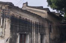 重新修筑中的荒废村落